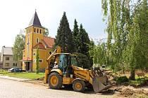 Náves v Jarošově obsadili stavební dělníci, aby jí dali novou podobu.
