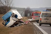 Havárie kamionu s avií mezi Bánovem a Bystřicí pod Lopeníkem.