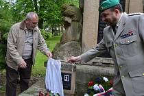 Uctění památky Oldřicha Pechala v Osvětimanech zpestřil přílet vrtulníku.