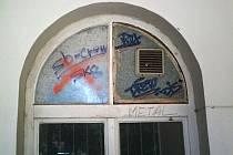 """Svůj """"podpis"""" v podobě klikyháků a nesmyslných obrazců nechali březolupští sprejeři na zdech obecního úřadu, zastávce i dalších objektech."""