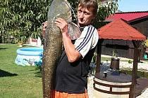 Kapitální úlovek se poštěstil dlouholetému rybáři Petru Trnčákovi ze Zlechova. Ze slepého ramene řeky Moravy ve Starém Městě vytáhl před pár dny 175 centimetrů dlouhého a 30 kilo vážícího sumce.