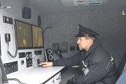 Hned pětici nových monitorovacích vozidel za pětatřicet milionů korun si v uherskohradišťské firmě EVPÚ Defence přebrala Policie ČR.