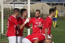 Fotbalisté Uherského Brodu (červené dresy) doma zvítězili i nad Vratimovem.