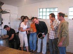 Ve vlčnovském areálu zahrádkářů vařili trnky starostové.