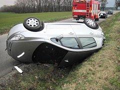 Na střeše v příkopu skončil stříbrný peugeot nedaleko Nivnice. Řidič z nehody, která se stala ve středu 16. března krátce před polednem, naštěstí vyvázl nezraněn.