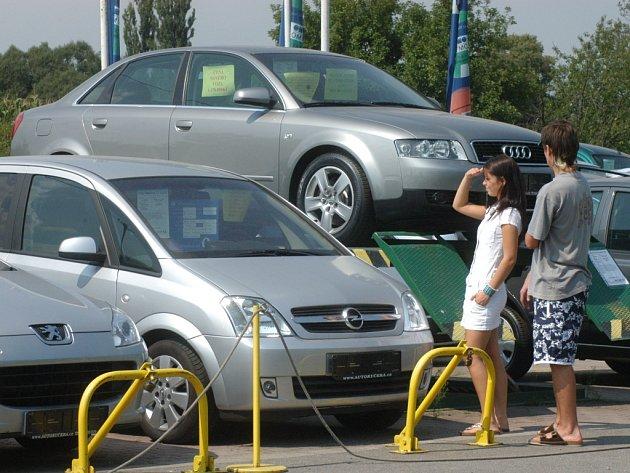 Při nákupu ojetého auta je nanejvýš vhodné dobře prověřit původ vozidla. Ilustrační foto.