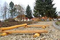 Ve Slavkově na Uherskohradišťsku budou mít brzy dokončené nové dětské hřiště.
