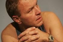 Kamil Pulec hraje v Nájemnících zřízence pohřebního ústavu.