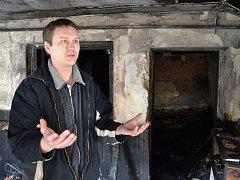Podolský hospodský Milan Snopek ukazuje, odkud vytáhl popáleného seniora.