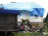 Manželům shořela celá střecha.