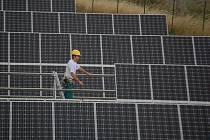 Solární elektrárna s výkonem 1,6 megawattu zabírá v Ostrožské Lhotě plochu čtyř a půl hektarů.