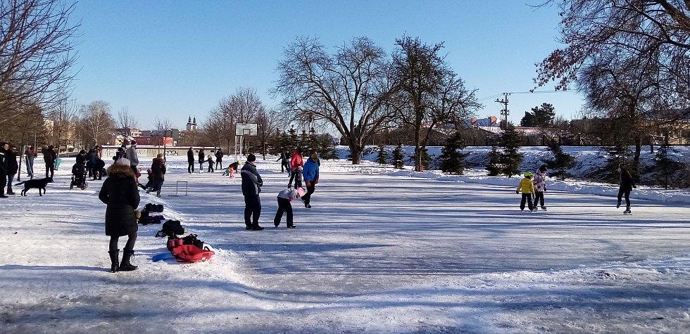 Ledová plocha hřiště ve Staré Tenici v Uherském Hradišti obsazená bruslaři.