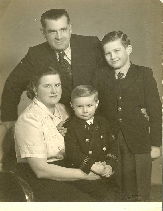 Rodina továrníka Otakara Machálka 12. února 1947.