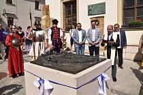 Bronzová plastika města z dob života Komenského zdobí prostor před radnicí v Uherském Brodě. Slavnostně ji odhalili v pátek 11. června.
