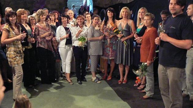 Antonín Mach (vpravo) a výstavu Obrazy dam 2008 neformálně zahájil.