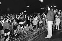 Vánoce s OF, u mikrofonu hovoří za tehdejší Občanské fórum Jan Gogola.