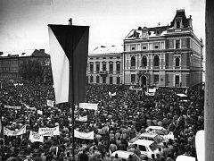 Manifestační dvouhodinová generální stávka 27. listopadu 1989 na tehdejším Gottwaldově náměstí.