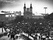 Manifestační stávka na bývalém Gottwaldově náměstí s pohledem od tehdejšího hotelu Fojta.