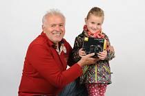 Vítězka soutěže Dítě Slováckých novin Terezka Beníčková přebírá cenu, fotoaparát Nikon, od šéfa firmy AZP Foto Polášek Zdeňka Poláška.