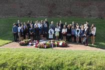 Piety v terezínském památníku se účastnilo i 51 gymnazistů Miroslavy Polákové