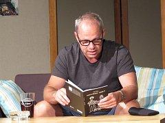 Robert Bellan četl ze své knihy Normální debil.