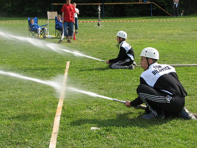ZÁSAH. Při požárním útoku museli mladí hasiči zasáhnout terčík.