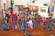 Ve společenském sále sušického obecního úřadu si děti užívaly při karnevalovém veselí spousty her a soutěží sklaunem Milanem Kurou.