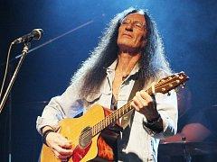 Zpěvák, kytarista a hráč na klávesové nástroje Ken Hensley v Kunovicích připomene nejslavnější hity Uriah Heep, i písně ze své bohaté sólové kariéry.