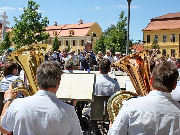 Pod sochami světců se v den národní pouti uskutečnil koncert Hudby Hradní stráže a Policie ČR.