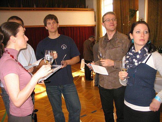 Na 350 vzorků vín s výrazným zastoupením těch s vysokým přívlastkem, měli možnost v neděli 4. dubna ochutnat návštěvníci 37. ročníku výstavy vín ve Vlčnově.