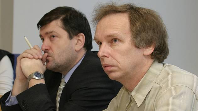 S trestem Rostislav Sousedík (vpravo)  nesouhlasil. Společně se svým obhájcem Radkem Bílkem se na místě proti rozsudku odvolali.