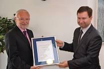Ratingem Aa1.cz, tedy nejvyšší možnou hodnotou v českém prostředí, se může pochlubit město Uherské Hradiště. Diplom agentury Moody´s předává starostovi Tichavskému její zástupce Petr Vinš.