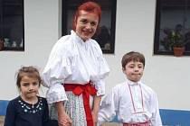 Radka, která po ztrátě manžela zůstala se čtyřmi dětmi sama, je na snímku v Tupesích se dvěma svými ratolestmi.