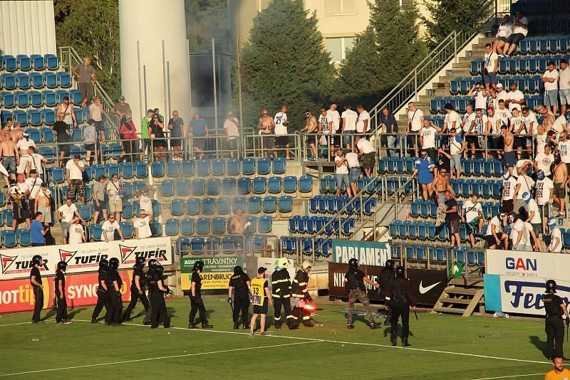 Fotbalisté Slovácka /v bílých dresech/ zvítězili ve 2. kole FORTUNA:LIGY nad Baníkem Ostrava 2:1