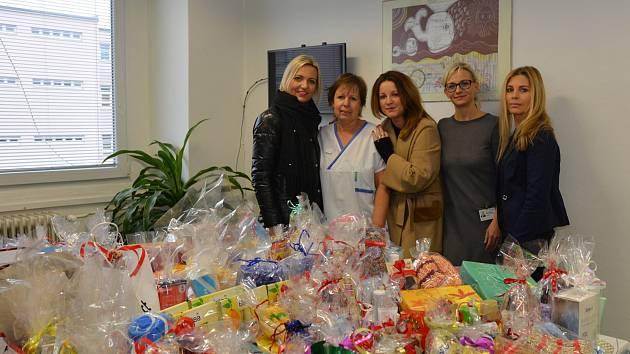 Plný stůl dárků přivezli ve čtvrtek 20. prosince na Oddělení následné péče Uherskohradišťské nemocnice zástupci občanského sdružení Korunka Luhačovice.
