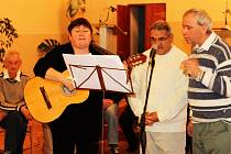 Muzikanti a zpěváci Václav Řezáč (první zprava) a Jan Horváth zpívali vánoční písně za doprovodu Lenky Lesové, ale i samostatně jako duo.
