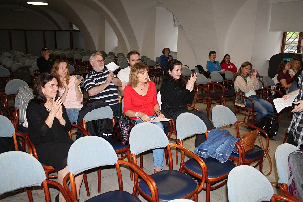 Noc literatury přilákala desítky milovníků psaných děl a čtení. První čtecí stanoviště bylo v Mramorovém sále vsetínského zámku.