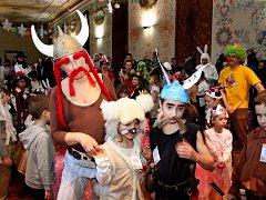 Kluci a holky se na velehradském Zvonečkovém karnevalu jaksepatří vyřádili, ale také se nechali vtáhnout do soutěží a tance jeho protagonisty.