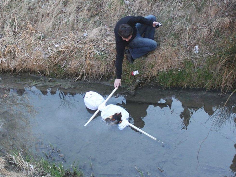 Hořící figurínu hodily děti do Zlechovského potoka. Plavat se jí ale moc nechtělo.