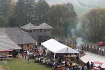Už při vstupu do opevněného hradiště nasály nosy sedmi set padesáti jeho návštěvníkům vůni vepřových dobrot.