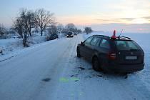 LEDOVKA U NĚMČIC. Zledovatělá vozovka učinila auta neovladatelnými.
