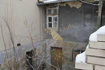 Muž přebýval v opuštěném domě. Tam ho také parťáci našli ležet na matraci a bez známek života.