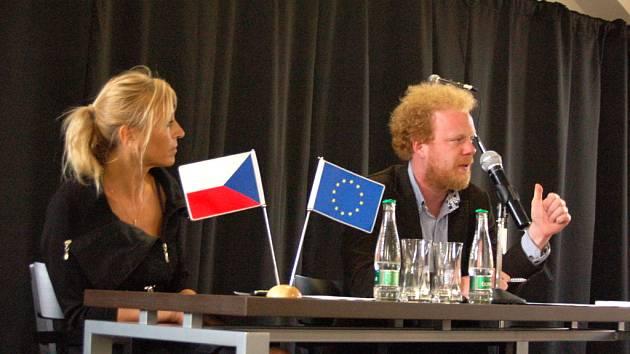 Ekonom Tomáš Sedláček (vpravo) v pátek odpoledne přednášel v Kunovicích.