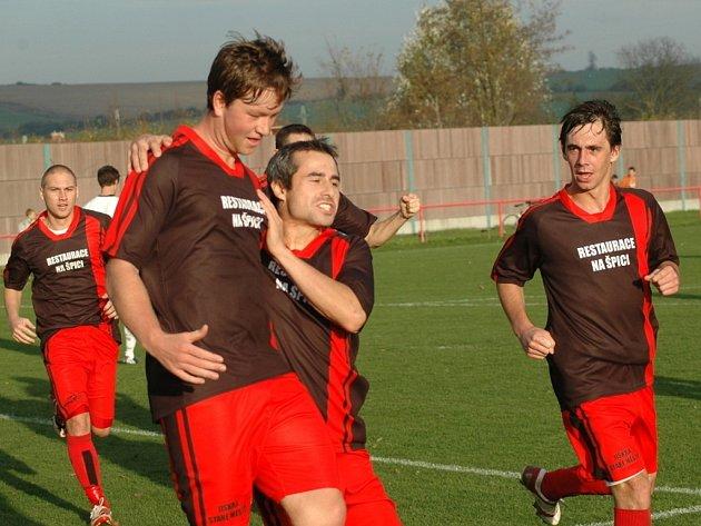 Milan Smělík (v popředí) slaví se svými spoluhráči třetí gól do sítě Slovácka C. Staré Město nakonec zvítězilo v Sadech 5:2 a uhájilo před svým soupeřem třetí příčku tabulky.