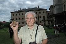 Jan Janků (s hlavou Krista v ruce) je bývalý politický vězeň, který zažil Aloise Grebeníčka v hradišťské věznici.