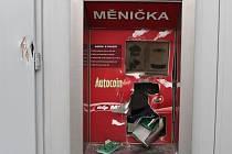Neznámý pachatel poškodil měničku peněz, policie po něm pátrá.