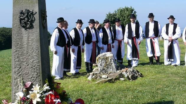 Hymny při slavnostním aktu položení kytic u památníku vzájemnosti zpíval mužský sbor z Kunovic.