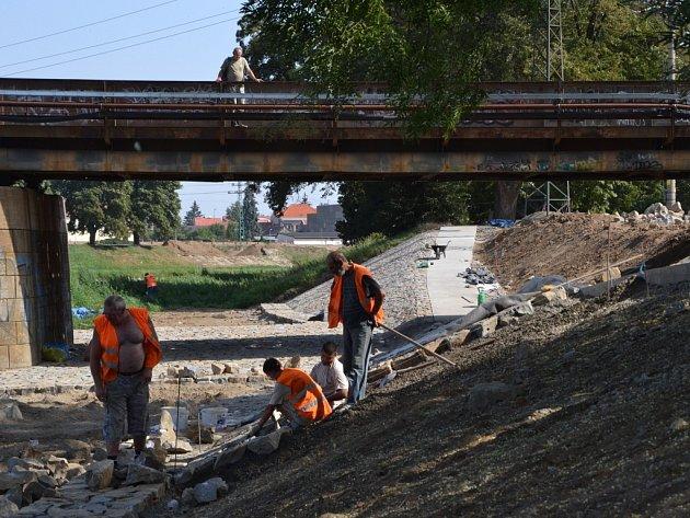 Stavba protipovodňového zpevnění břehu Moravy a cyklostezky pod železničním mostem v Uh. Hradišti.