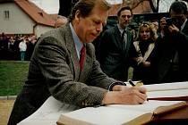 Václav Havel  se podepisuje do obecní kroniky v Nivnici.
