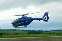Proti pirátům silnic pomáhal i policejní vrtulník.